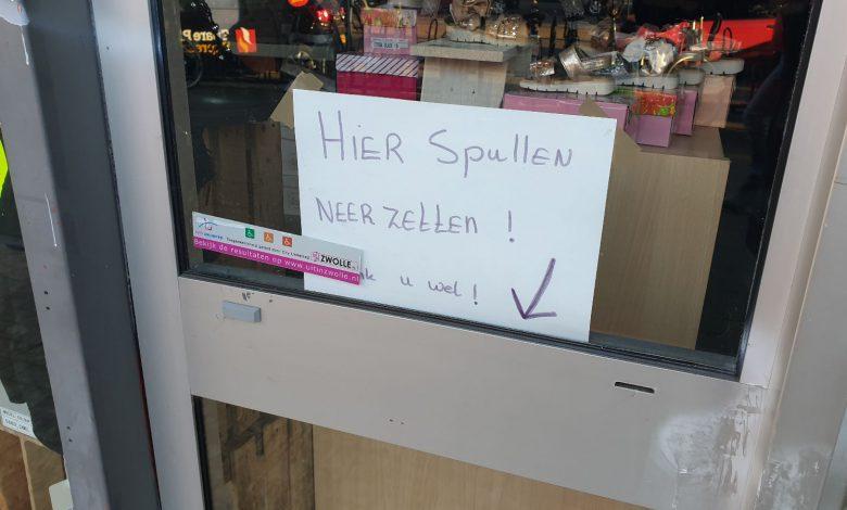 Photo of Gepensioneerde Isala arts zette strottenhoofd per abuis voor deur kringloopwinkel