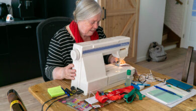 Photo of Sjoerdje uit Assendorp naait 40 mondkapjes per dag; opbrengst voor Zuid Afrika