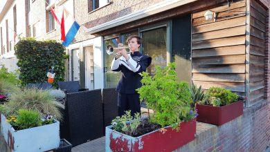Photo of Jubal lid Bas Aldenberg blaast Taptoe voor zijn huis in Stadshagen