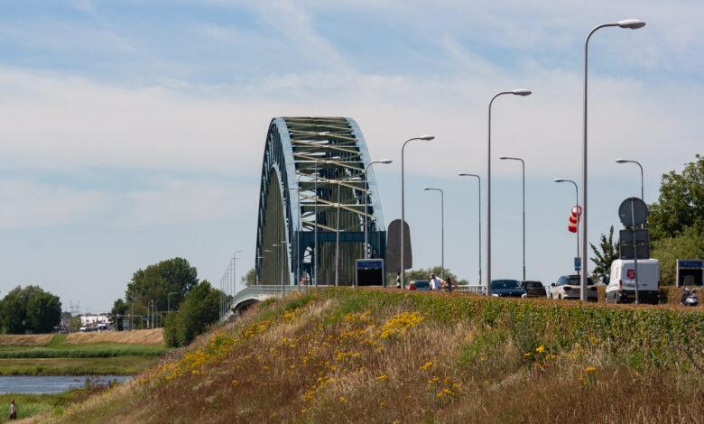 Photo of Hattem alleen via A28; oude IJsselbrug afgesloten