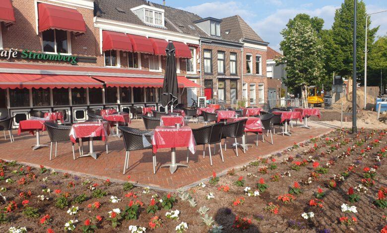 Photo of Rode geraniums en petunia's sieren Café Stroomberg