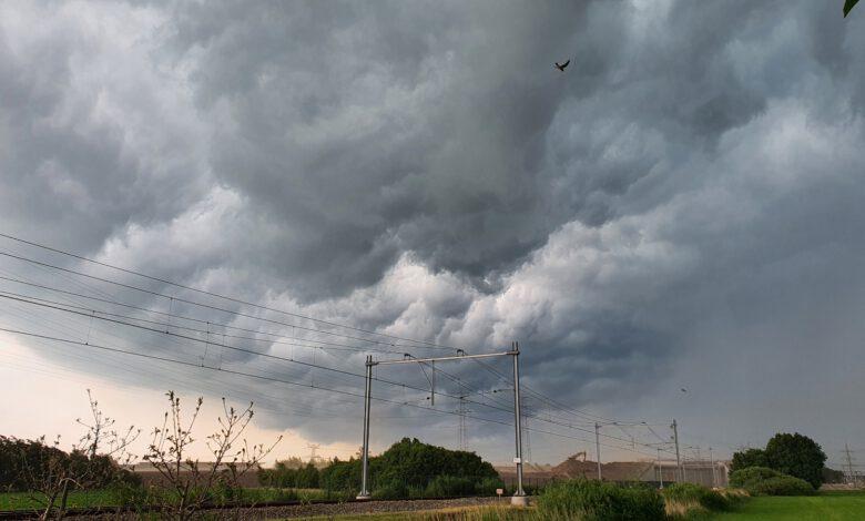 Photo of Onweersbuien met stortregen trekken over Zwolle