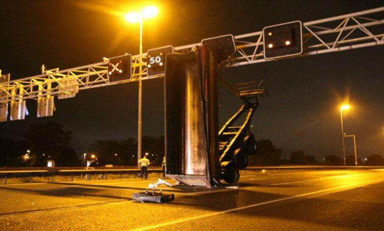 Photo of Vrachtwagen botst op portaal op A28