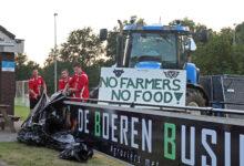 Photo of Boeren op reclamebord langs hoofdveld VV Wijthmen