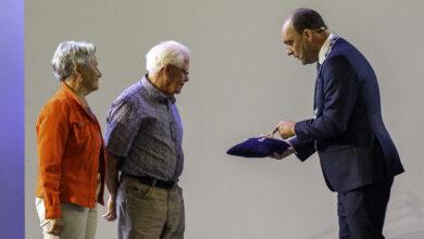 Photo of Echtpaar Kruitbosch koninklijk onderscheiden door burgemeester Peter Snijders