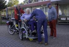 Photo of Bewoners De Venus dolblij met de rolstoelfiets van 'WEW'