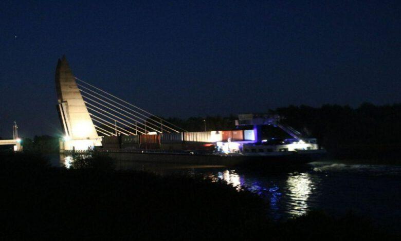 Photo of Te hoog beladen vrachtschip ontsnapt ternauwernood aan aanvaring met Twistvlietbrug
