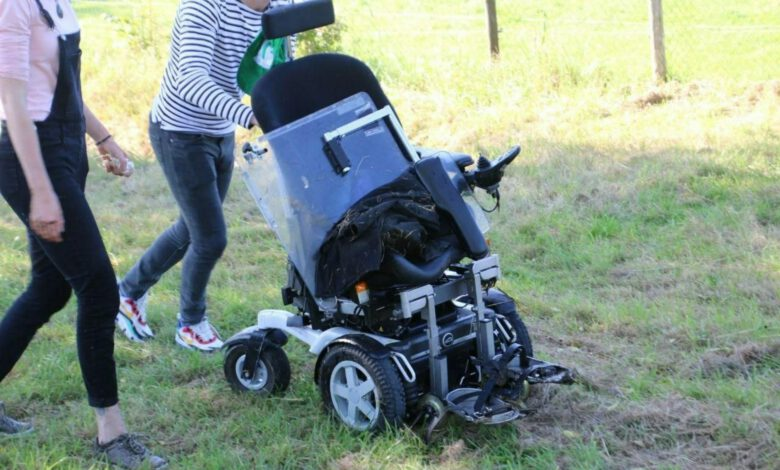 Photo of Jongen in rolstoel te water aan Eemlaan