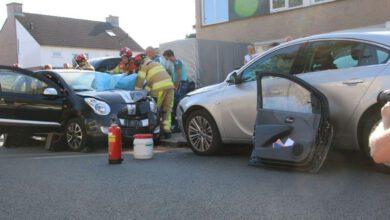 Photo of Bestuurster raakt bekneld in auto bij aanrijding Gedeputeerdenlaan