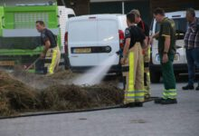 Photo of Brandweer blust broei in bult takken/tuinafval aan Oude Deventerstraatweg