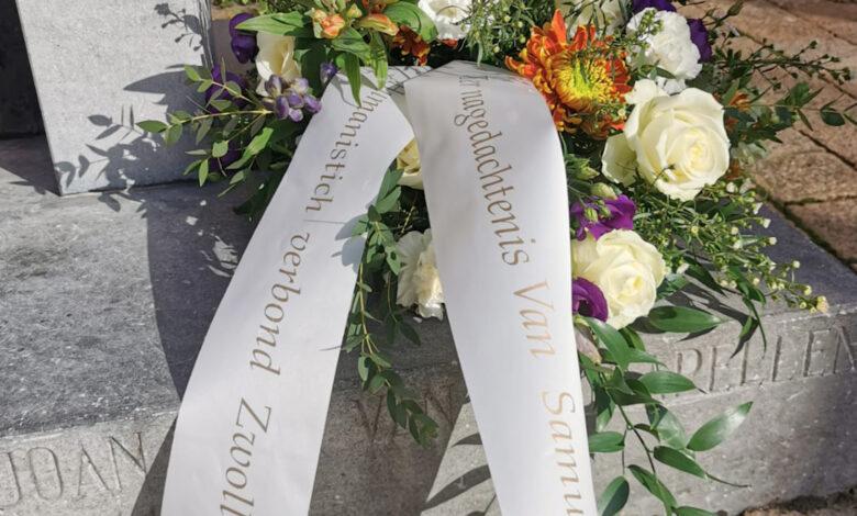Photo of Bloemenkrans voor Samuel Paty bij standbeeld Van der Capellen