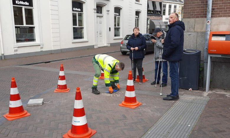 Photo of Eerste stoeptegel 'Houd de lijn vrij!' gelegd in Zwolle