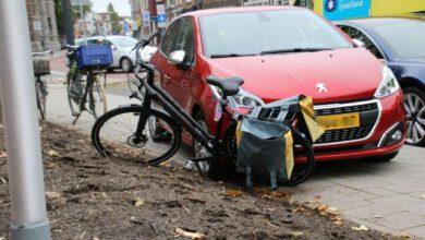 Photo of Oude vrouw schept fietser