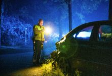 Photo of Bestuurder onder invloed rijdt lantaarnpalen uit de grond