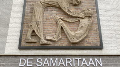 Photo of Wethouder Ed Anker onthult Barmhartige Samaritaan op gevel appartementencomplex