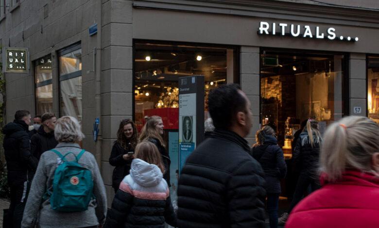 Photo of Lockdowndrukte in Zwolle: aanschuiven in de rij voor lastminute aankopen