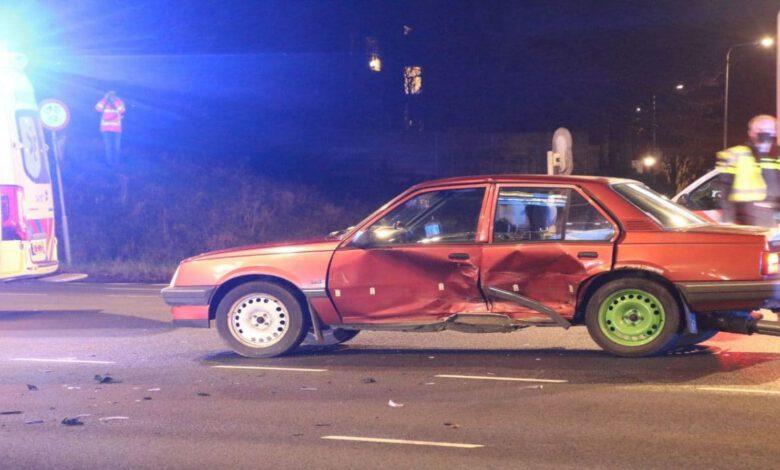Photo of Twee auto's knallen op elkaar op kruising IJsselallee