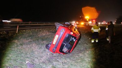Photo of Auto belandt op zijkant op parallelweg langs A28