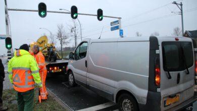 Photo of Bestelbus slipt bij remmen voor verkeerslicht en botst met motorrijder