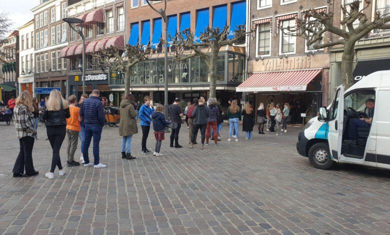Photo of Volop flanerende en food-consumerende bezoekers in de binnenstad