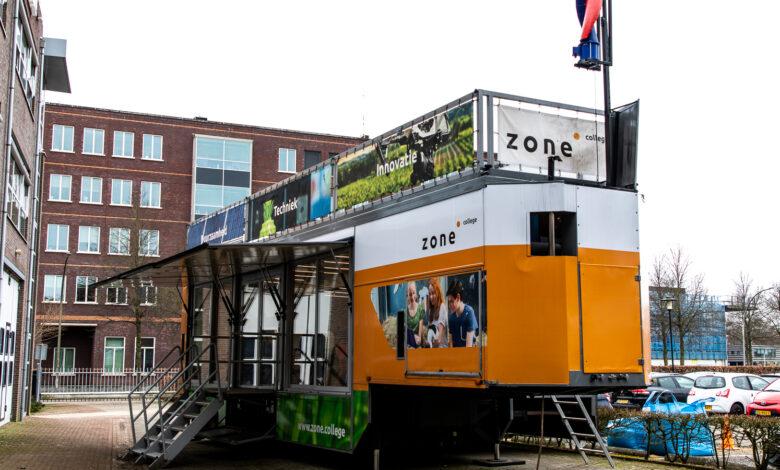 Photo of Leerlingen van het Zone college krijgen op een innovatieve manier les in een rijdend leslokaal