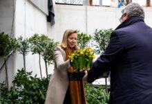 Photo of Staatssecretaris Van Veldhoven plant eerste voorjaarsbloemen in tuin ondergrondse fietsenstalling Zwolle