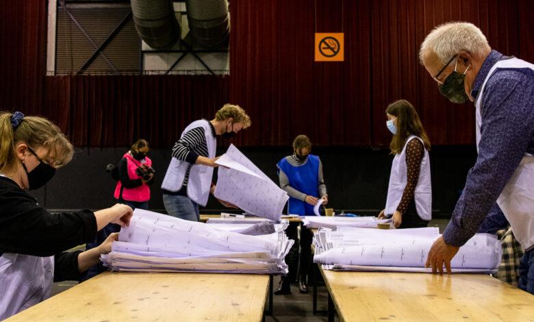 """Photo of Er wordt druk geteld in de IJsselhallen: """"Ik hoop dat vandaag alle stemmen op kandidaatniveau zijn geteld"""""""