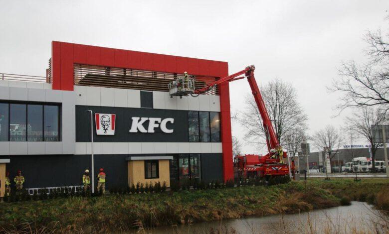 Photo of Brandweer rukt uit voor stormschade bij KFC in Zwolle