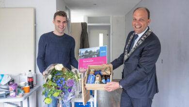 Photo of Burgemeester verwelkomt 130.000e inwoner van Zwolle