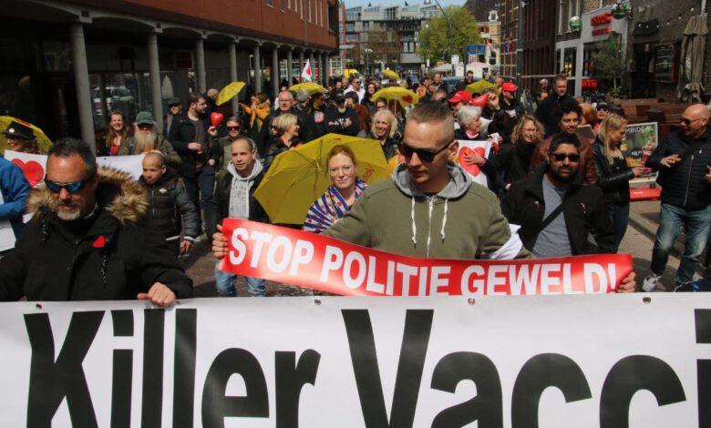 Photo of 'Mild virus, killer vaccin' demonstratie centrum Zwolle