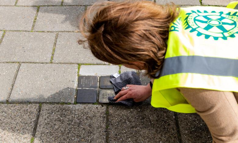 Photo of Leden Rotary Club Zwolle maken Stolpersteine schoon