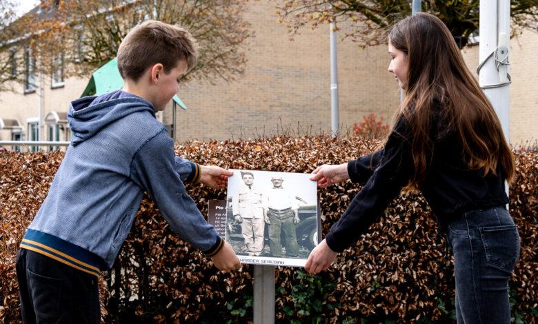 Photo of In beeld: Herdenking en onthulling herinneringsplaquette aan de Pilotenlaan