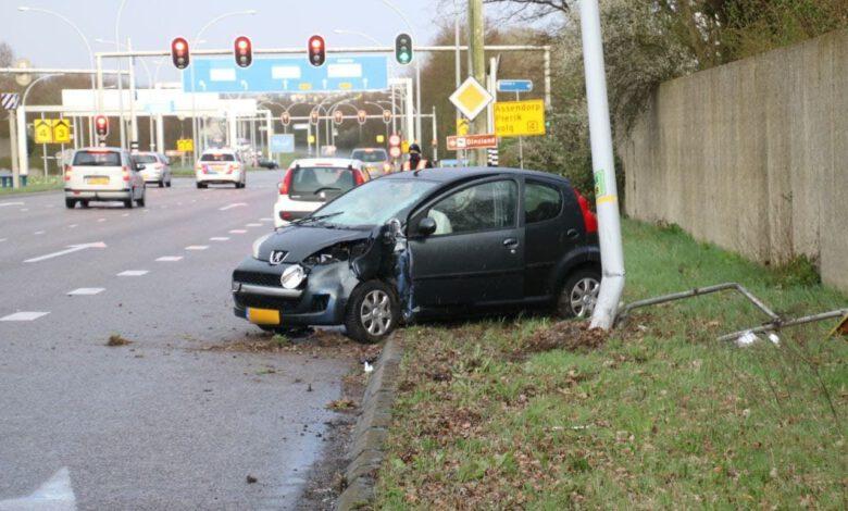 Photo of Auto raakt van de weg en belandt tegen lantaarnpaal op IJsselallee