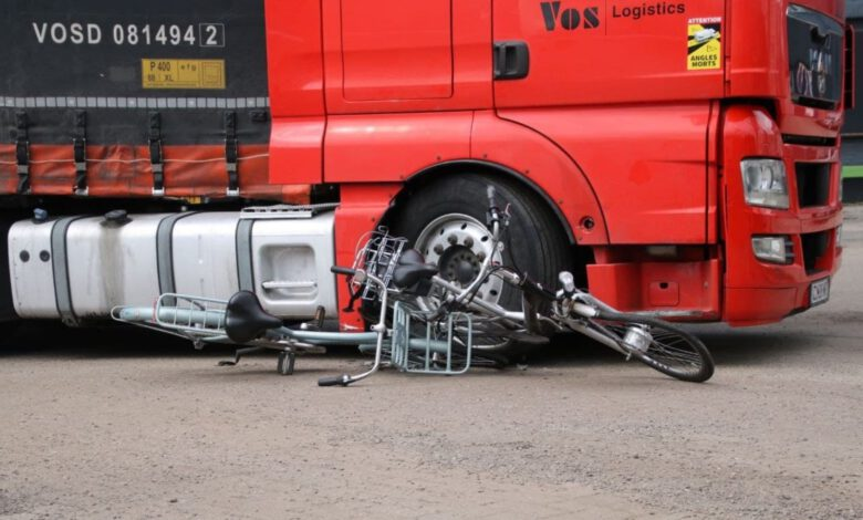Photo of Jeugdige fietssters hebben engeltje op schouders bij ongeval met vrachtwagen in Zwolle