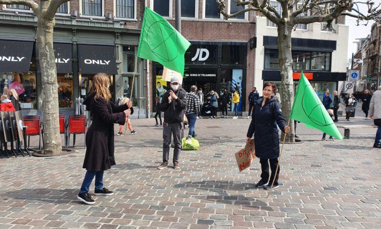 Photo of Extinction Rebellion houdt 'die-in' op de Grote Markt in solidariteit met klimaatslachtoffers over de hele wereld