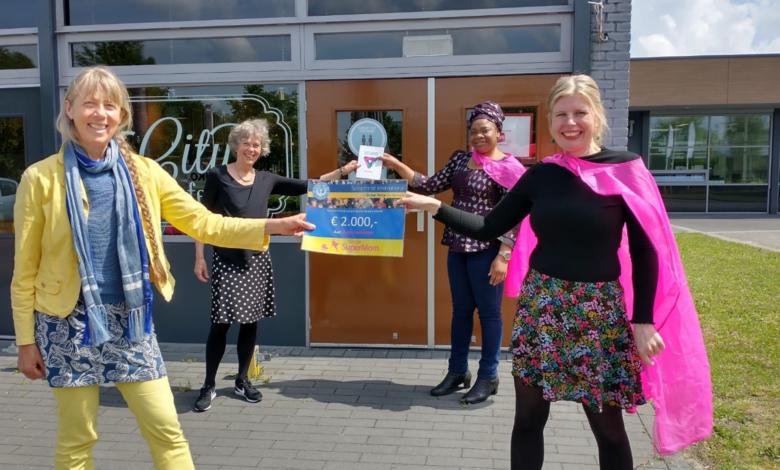 Photo of Soroptimistclub Isalania verrast Single SuperMom met cheque