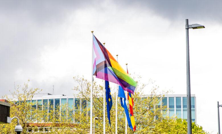 Photo of Nieuwe regenboogvlag voor LHBTI+ wappert bij het provinciehuis in Zwolle