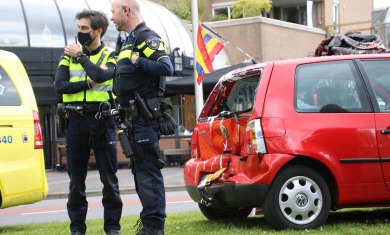 Photo of Personen, auto's en weg onder de verf bij aanrijding
