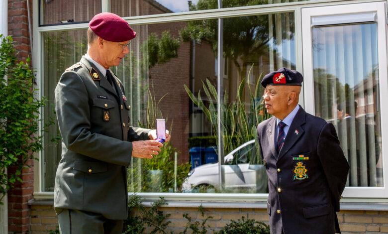 Photo of Zwollenaar Ted Hielckert neemt militaire Mobilisatie-oorlogskruis voor omgekomen oom in ontvangst