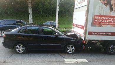 Photo of Personenauto botst achterop bakwagen
