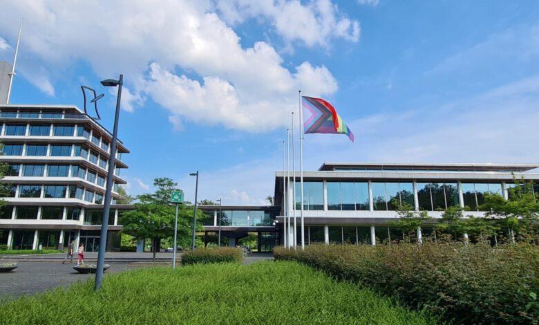 Photo of Regenboogvlag bij provinciehuis Zwolle tot einde voetbalwedstrijd in Hongarije