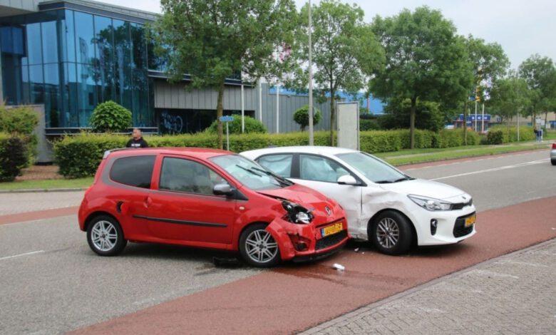 Photo of Twee auto's botsen op elkaar op Marsweg