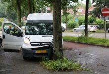 Photo of Pakketbezorger verliest macht over het stuur