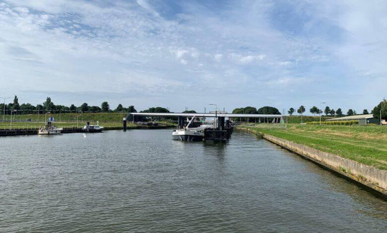 Photo of Gifschip uit Zwolle wordt na weken veilig gelost in Kampen