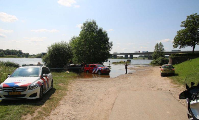 Photo of Eigenwijze vissers zetten auto in water van uiterwaarden IJssel, hulpdiensten rukken uit