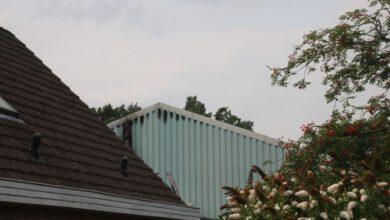 Photo of Brandweer rukt uit voor brand in bedrijfshal achter woning