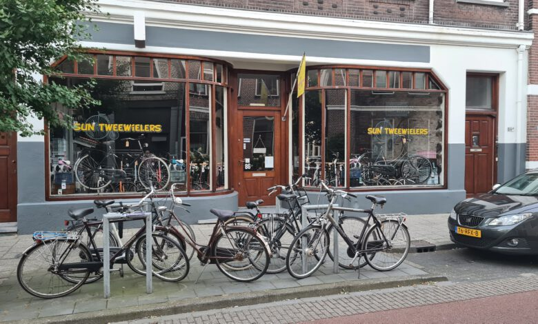 Photo of Politie tegen man die fooienpot jatte in fietsenwinkel Zwolle: Melden anders beelden online