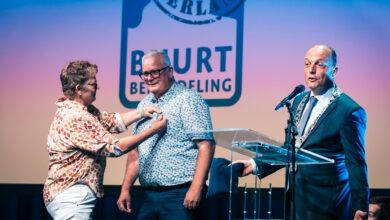 Photo of Jubilerende buurtbemiddelaar ontvangt Koninklijke onderscheiding