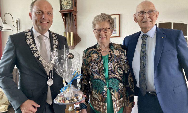 Photo of Burgemeester Peter Snijders bracht 60 jaar getrouwd echtpaar Mollink – Habers een bezoek