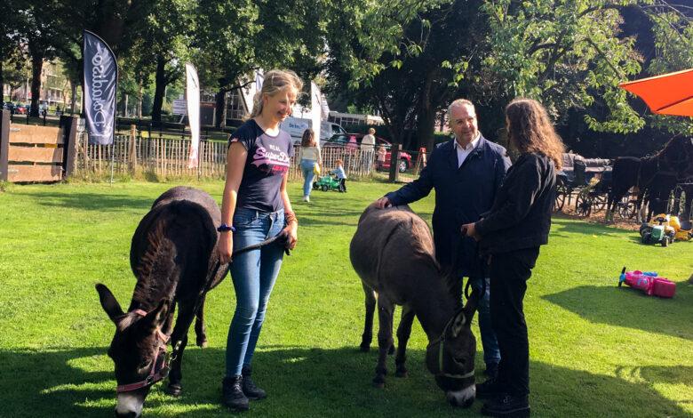 Photo of Wethouder Dogger brengt bezoek aan De Knuffelkonijntjes